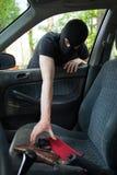 Ένας κλέφτης κλέβει το τηλέφωνο κάποιου στοκ φωτογραφία