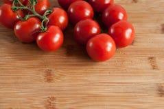 Ένας κλαδίσκος της φρέσκιας κόκκινης ντομάτας Στοκ Φωτογραφίες