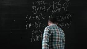 Ένας λαμπρός ώριμος μαθηματικός φέρνει έναν μεγάλο πίνακα και ολοκληρώνει ένα δοκίμιο περίπλοκη μαθηματική εξίσωση τύπου φιλμ μικρού μήκους