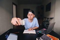 Ένας λυπημένος έφηβος κάνει sedly μελετώντας στο σπίτι στο γραφείο στοκ φωτογραφία με δικαίωμα ελεύθερης χρήσης