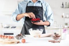 Ένας μάγειρας με τα αυγά σε μια αγροτική κουζίνα στα πλαίσια των χεριών ατόμων ` s Στοκ Εικόνες