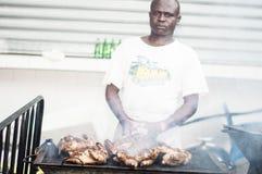 Ένας μάγειρας που τυλίγεται από τον καπνό Στοκ Εικόνες