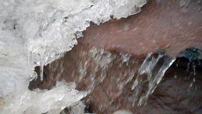 Ένας μαγικός του χειμώνα Λειώνοντας πάγος Ροή κάτω από το νερό πάγου φιλμ μικρού μήκους