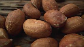 Ένας μακρο πυροβολισμός των φυστικιών που βρίσκονται σε μια ξύλινη επιφάνεια Οργανικά υγιή τρόφιμα, χορτοφαγία απόθεμα βίντεο