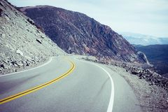 Ένας μακρύς δρόμος με πολλ'ες στροφές στην κοιλάδα Καλιφόρνια θανάτου Στοκ φωτογραφία με δικαίωμα ελεύθερης χρήσης