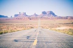 Ένας μακρύς δρόμος στην κοιλάδα Αριζόνα θανάτου Στοκ εικόνα με δικαίωμα ελεύθερης χρήσης