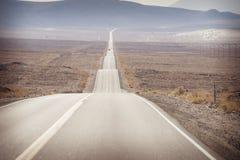 Ένας μακρύς λοφώδης ευθύς δρόμος στην κοιλάδα θανάτου Στοκ Εικόνα