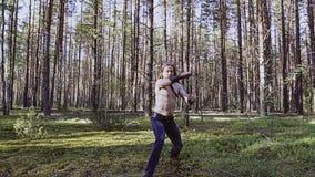 Ένας μαχητής με ένα κρύο όπλο καθιστά μια επίθεση κατάρτισης προς τη κάμερα σε αργή κίνηση φιλμ μικρού μήκους