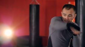 Ένας μαχητής πηγαίνει ρίχνει μια σειρά διατρήσεων και lunges απόθεμα βίντεο
