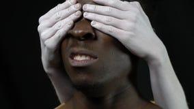 Ένας 0 μαύρος τινάζει το κεφάλι του για να αφαιρέσει τα χέρια ενός λευκού κοριτσιού απόθεμα βίντεο