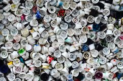 Ένας μεγάλος αριθμός καλυμμάτων από τα δοχεία του χρώματος αερολύματος για τα γκράφιτι Λερωμένα με το χρωματισμένο χρώμα τα ακροφ Στοκ φωτογραφίες με δικαίωμα ελεύθερης χρήσης