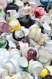 Ένας μεγάλος αριθμός καλυμμάτων από τα δοχεία του χρώματος αερολύματος για τα γκράφιτι Λερωμένα με το χρωματισμένο χρώμα τα ακροφ Στοκ εικόνα με δικαίωμα ελεύθερης χρήσης