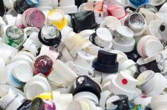 Ένας μεγάλος αριθμός καλυμμάτων από τα δοχεία του χρώματος αερολύματος για τα γκράφιτι Λερωμένα με το χρωματισμένο χρώμα τα ακροφ Στοκ Φωτογραφίες