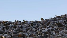 Ένας μεγάλος αριθμός καφετιών μπουκαλιών γυαλιού της σκοτεινής κινηματογράφησης σε πρώτο πλάνο χρώματος - εικόνα στοκ εικόνες