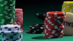 Ένας μεγάλος αριθμός τσιπ που βρίσκεται στον πράσινο πίνακα παιχνιδιού, ρίψη χωρίζει σε τετράγωνα στην αργός-Mo απόθεμα βίντεο