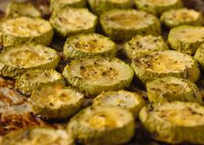 Ένας μεγάλος αριθμός ψημένων κομματιών των κολοκυθιών στο protvin φρέσκος τηγανισμένος χορτοφάγος ντοματών κολοκυθιών πιάτων αγγο στοκ εικόνες με δικαίωμα ελεύθερης χρήσης