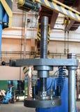 Ένας μεγάλος αυτόματος Τύπος μετάλλων με ένα νήμα και ένας ηλεκτρικός κινητήρας στις εγκαταστάσεις παραγωγής Βιομηχανία έννοιας,  στοκ φωτογραφία με δικαίωμα ελεύθερης χρήσης