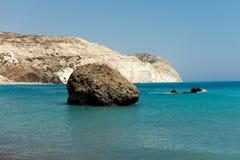 Ένας μεγάλος βράχος σε μια θάλασσα κοντά στο βράχο Aphrodite στη Κύπρο Στοκ εικόνα με δικαίωμα ελεύθερης χρήσης