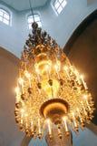 Ένας μεγάλος και χρυσός πολυέλαιος Στοκ φωτογραφία με δικαίωμα ελεύθερης χρήσης