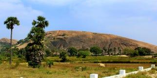 Ένας μεγάλος λόφος βράχου του sittanavasal ναού σπηλιών σύνθετου στοκ φωτογραφίες με δικαίωμα ελεύθερης χρήσης