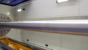 Ένας μεγάλος μακρύς άξονας χάλυβα επεξεργάζεται στη μηχανή σε έναν σύγχρονο CNC τόρνο απόθεμα βίντεο