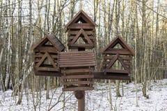 Ένας μεγάλος ξύλινος τροφοδότης πουλιών σε ένα χειμερινό πάρκο Στοκ Φωτογραφία