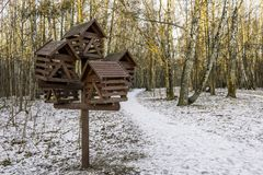 Ένας μεγάλος ξύλινος τροφοδότης πουλιών σε ένα χειμερινό πάρκο Στοκ φωτογραφία με δικαίωμα ελεύθερης χρήσης