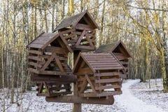 Ένας μεγάλος ξύλινος τροφοδότης πουλιών σε ένα χειμερινό πάρκο Στοκ εικόνα με δικαίωμα ελεύθερης χρήσης