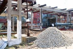 Ένας μεγάλος σωρός των ερειπίων, πέτρες στο εργοτάξιο οικοδομής για την κατασκευή ενός διυλιστηρίου πετρελαίου σε ένα διυλιστήριο στοκ φωτογραφίες
