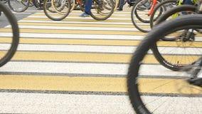 Ένας μεγάλος αριθμός ανθρώπων ταξιδεύει μέσω των οδών πόλεων κίνηση αργή απόθεμα βίντεο
