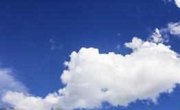 Ένας μεγάλος τα σύννεφα στον ουρανό Στοκ Φωτογραφίες