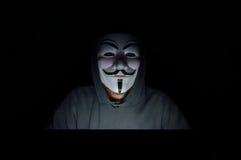 Ένας με κουκούλα χάκερ υπολογιστών στοκ φωτογραφία με δικαίωμα ελεύθερης χρήσης