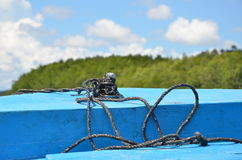 Ένας με τη βάρκα και το μπλε ουρανό Στοκ Φωτογραφίες
