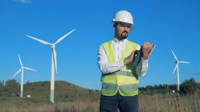 Ένας μηχανικός ελέγχει τους ανεμοστροβίλους Πράσινη ενεργειακή έννοια απόθεμα βίντεο