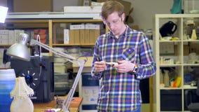 Ένας μηχανικός ελέγχει πέρα από ένα τρισδιάστατος-τυπωμένο κόκκαλο σαγονιών φιλμ μικρού μήκους