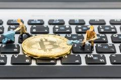 Ένας μικρός ανθρακωρύχος σκάβει για το bitcoin με το ταϊλανδικό πληκτρολόγιο Στοκ Εικόνες