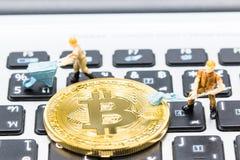 Ένας μικρός ανθρακωρύχος σκάβει για το bitcoin με το ταϊλανδικό πληκτρολόγιο Στοκ φωτογραφίες με δικαίωμα ελεύθερης χρήσης