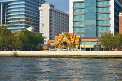 Ένας μικρός βουδιστικός ναός που περιβάλλεται από τα σύγχρονα κτήρια Άποψη από τον ποταμό Chao Phraya bangkok thailand στοκ εικόνες με δικαίωμα ελεύθερης χρήσης