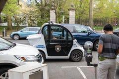Ένας μικρός ηλεκτρικός έξυπνος πολύτιμος λίθος αυτοκινήτων που γίνεται από Polaris βλέπει τη χρησιμοποίηση ως όχημα επιβολής χώρω στοκ εικόνα