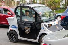 Ένας μικρός ηλεκτρικός έξυπνος πολύτιμος λίθος αυτοκινήτων που γίνεται από Polaris βλέπει τη χρησιμοποίηση ως όχημα επιβολής χώρω στοκ φωτογραφίες με δικαίωμα ελεύθερης χρήσης