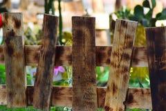 Ένας μικρός ξύλινος φράκτης εσωκλείει ένα κρεβάτι λουλουδιών στο πάρκο στοκ εικόνες