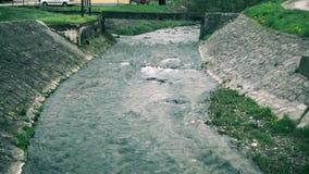 Ένας μικρός ποταμός μέσω της πόλης απόθεμα βίντεο