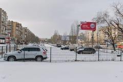 Ένας μικρός φρουρημένος χώρος στάθμευσης μεταξύ του δρόμου και κατοικημένος είναι στοκ εικόνα με δικαίωμα ελεύθερης χρήσης