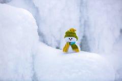 Ένας μικρός χιονάνθρωπος σε ένα καπέλο και ένα μαντίλι Στοκ εικόνα με δικαίωμα ελεύθερης χρήσης