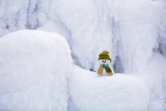 Ένας μικρός χιονάνθρωπος σε ένα καπέλο και ένα μαντίλι Στοκ φωτογραφία με δικαίωμα ελεύθερης χρήσης