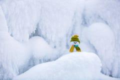 Ένας μικρός χιονάνθρωπος σε ένα καπέλο και ένα μαντίλι Στοκ Εικόνες