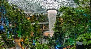 Ένας μοναδικός προκαλούμενος από τον άνθρωπο καταρράκτης στο πολυκατάστημα κοσμημάτων στον αερολιμένα Changi, Σιγκαπούρη στοκ εικόνες με δικαίωμα ελεύθερης χρήσης