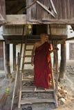 Ένας μοναχός και το υπόστεγό του Στοκ εικόνα με δικαίωμα ελεύθερης χρήσης