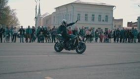 Ένας μοτοσυκλετιστής οδηγά σκληρά σε μια μοτοσικλέτα χωρίς κράτημα handlebars Δροσίστε το τέχνασμα στο άνοιγμα της εποχής ποδηλάτ απόθεμα βίντεο