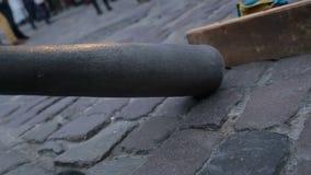 Ένας μουσικός οδών που παίζει Didgeridoo, ένα όργανο αέρα που αναπτύσσεται από γηγενείς Αυστραλούς της βόρειας Αυστραλίας απόθεμα βίντεο